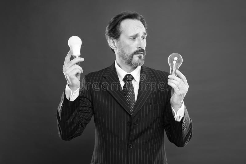 他有想法 能源节约 在企业成套装备的迷茫的男性 电和能量 有胡子查寻的人为 免版税库存图片