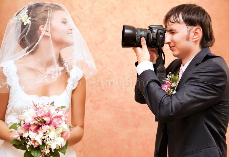 他的丈夫拍照妻子 免版税库存照片