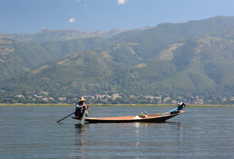 他的传统小船的一位渔夫 Inle湖 缅甸 免版税库存图片