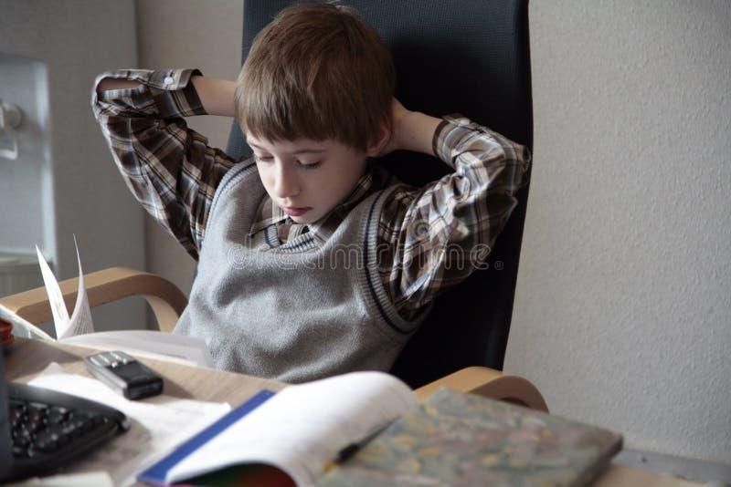 他的家庭做的学者工作 免版税库存图片