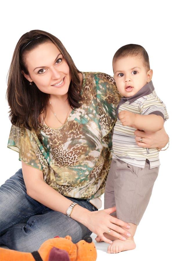 他的小母亲俏丽的儿子年轻人 免版税库存图片