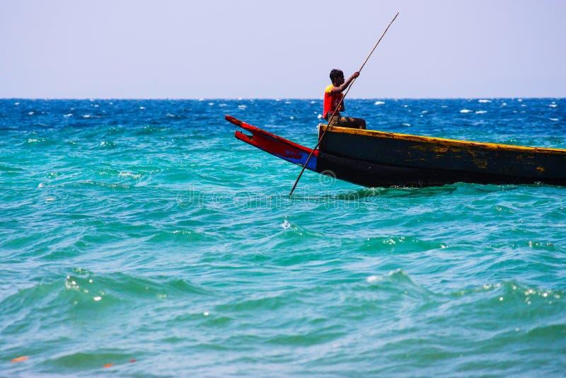 他的小船的印度渔夫在海 库存图片