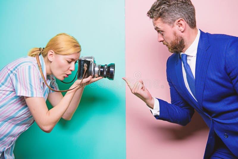 他的尖手指是焦点 时尚射击在照相馆 使用专业照相机的性感的妇女 摄影师 免版税库存照片