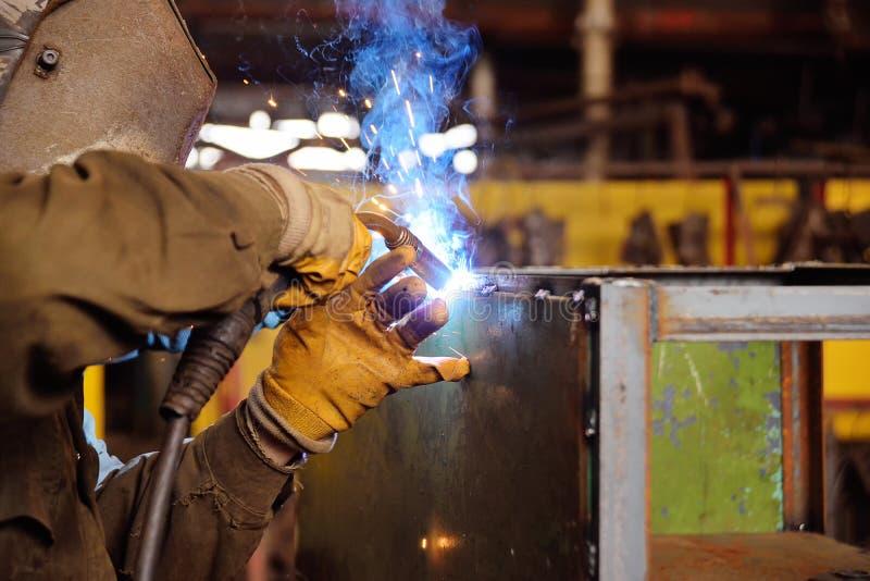 他的工作的焊工 免版税图库摄影