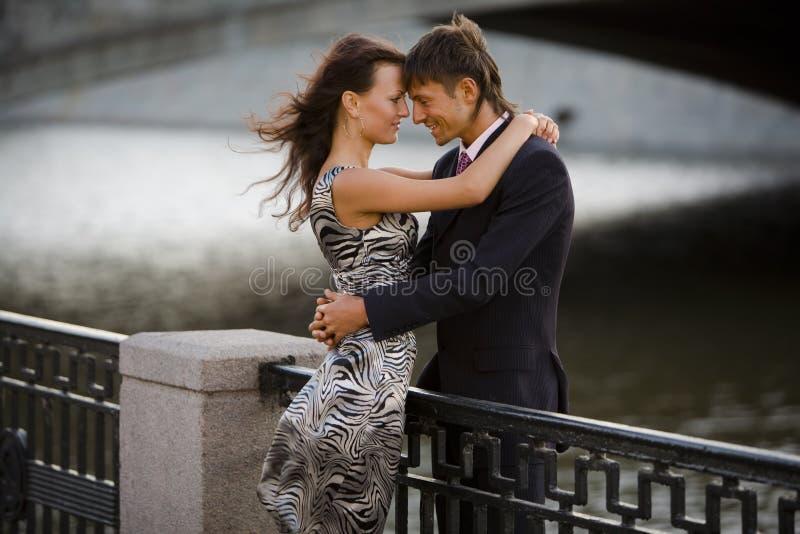 他的拥抱爱恋的人妇女 免版税库存照片