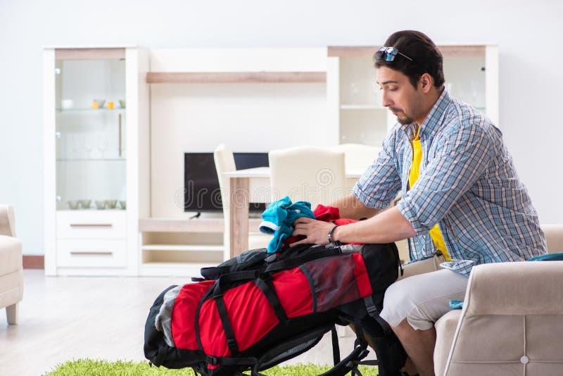 他的旅行的背包徒步旅行者包装 免版税库存照片