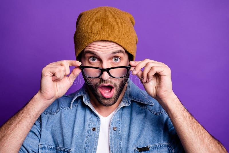 他的特写镜头画象他投入specs的好可爱的震惊有胡子的人做鬼脸被隔绝在明亮生动 免版税库存图片