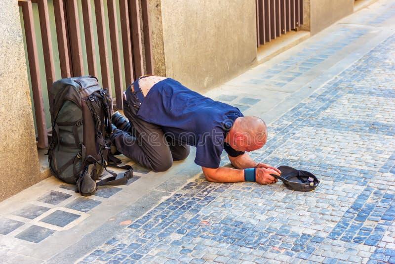 他的膝盖的病的无家可归的叫化子在布拉格奥尔德敦  免版税库存图片