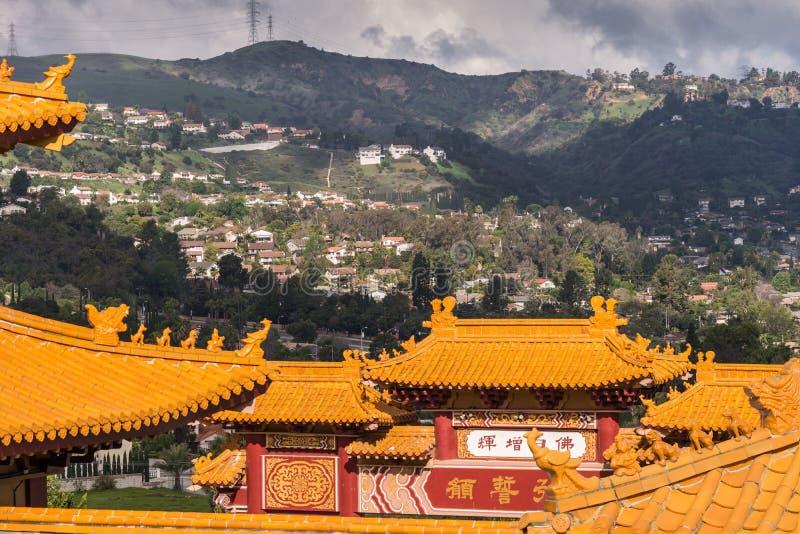 他的赖佛教寺庙和小山,加利福尼亚屋顶  图库摄影