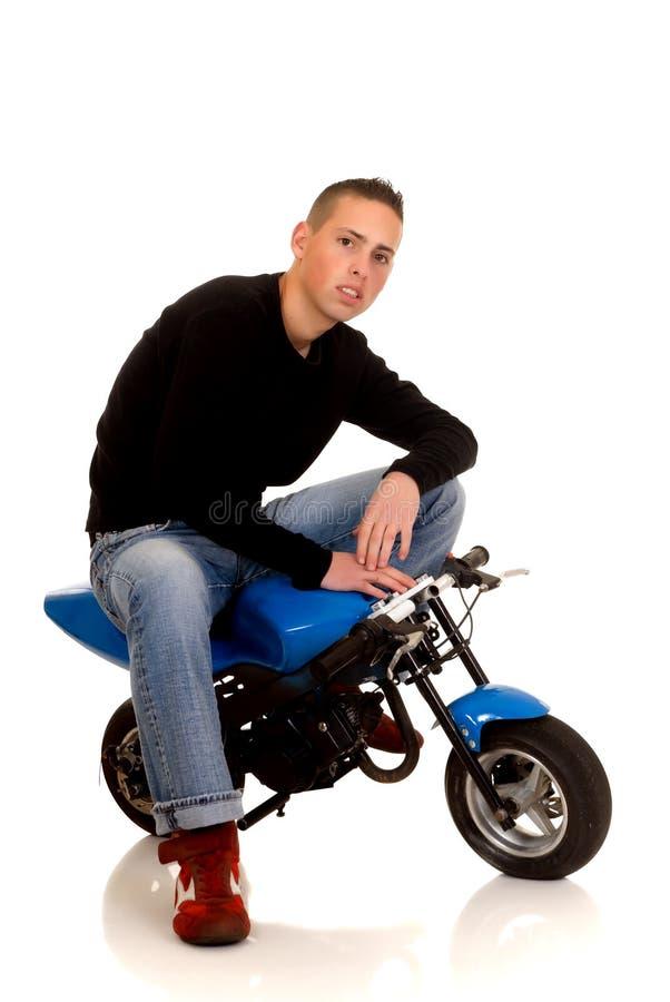 他的pocketbike年轻人 免版税库存图片
