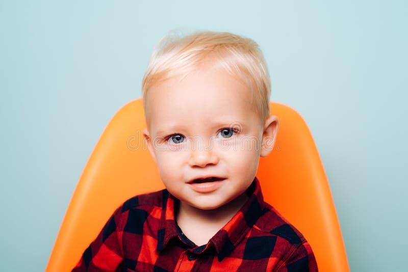 他需要的所有是爱和关心 逗人喜爱男孩的子项 小的子项 有可爱的面孔的小男婴 幼儿期 免版税库存图片