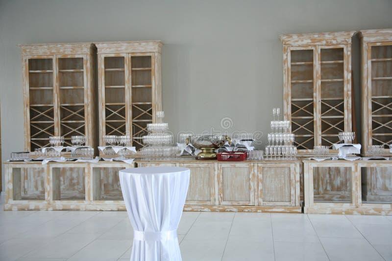 他餐具柜的内部在葡萄酒样式的 军用餐具的大厅 宴会大厅自助餐 库存图片