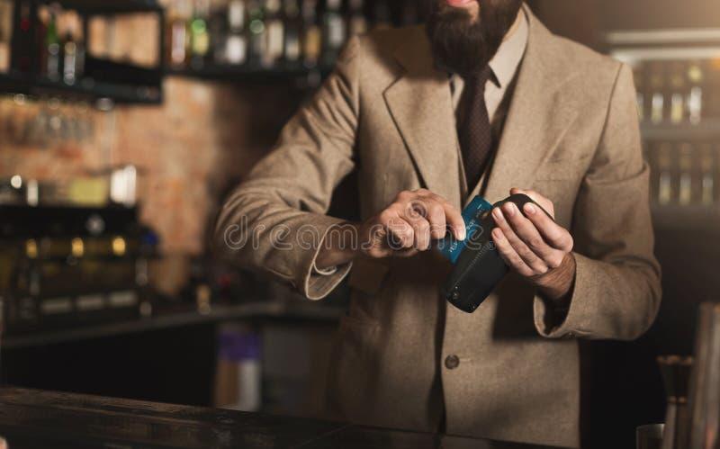 付与信用卡的侍酒者付款 图库摄影