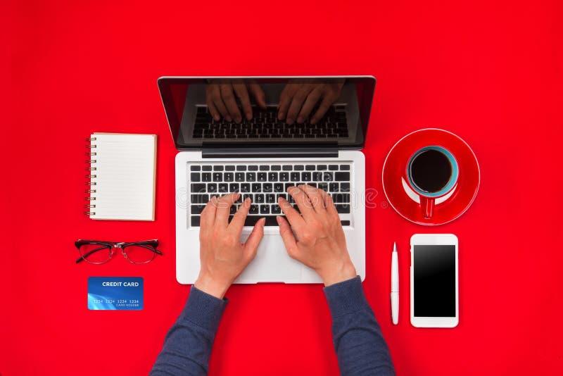 付付款使用信用卡,网上购物的男性手 免版税图库摄影