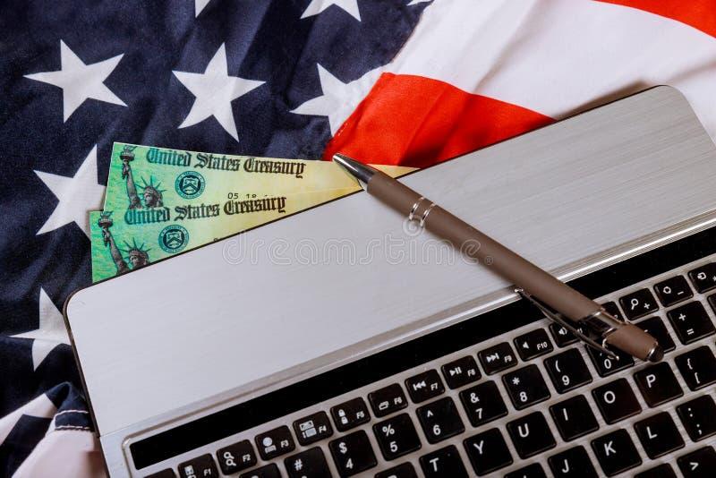 付出税概念美国与美国旗子的报税表1040和 库存图片