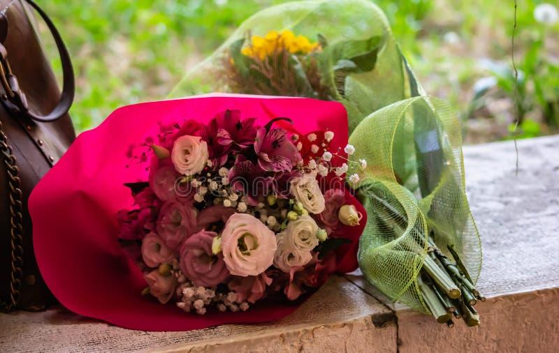 付尊敬的五颜六色的花束到基于一个石平原的某人 免版税库存图片