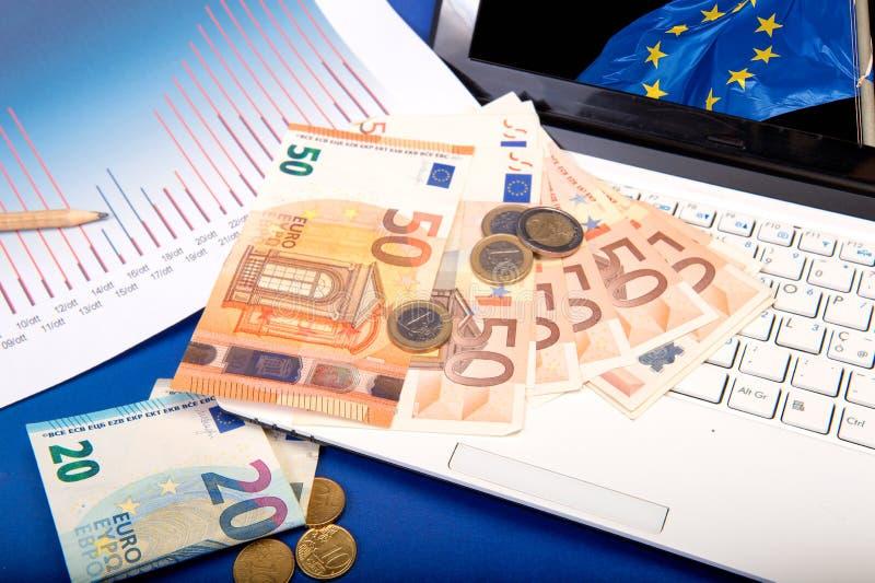 付款和计数在欧元 免版税库存图片
