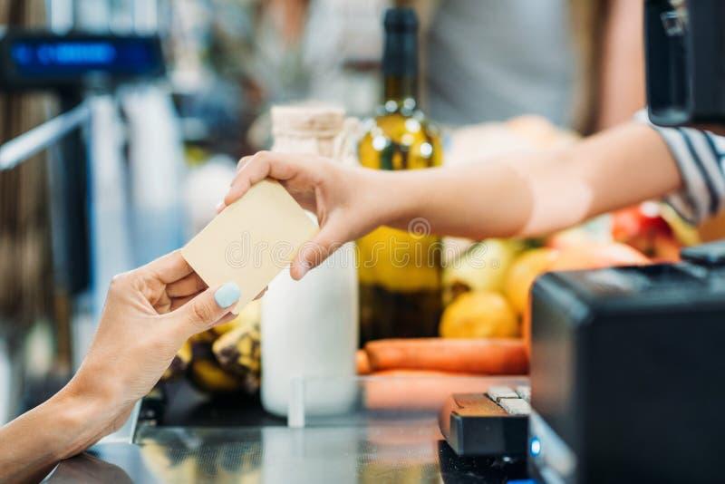付款在超级市场 免版税图库摄影