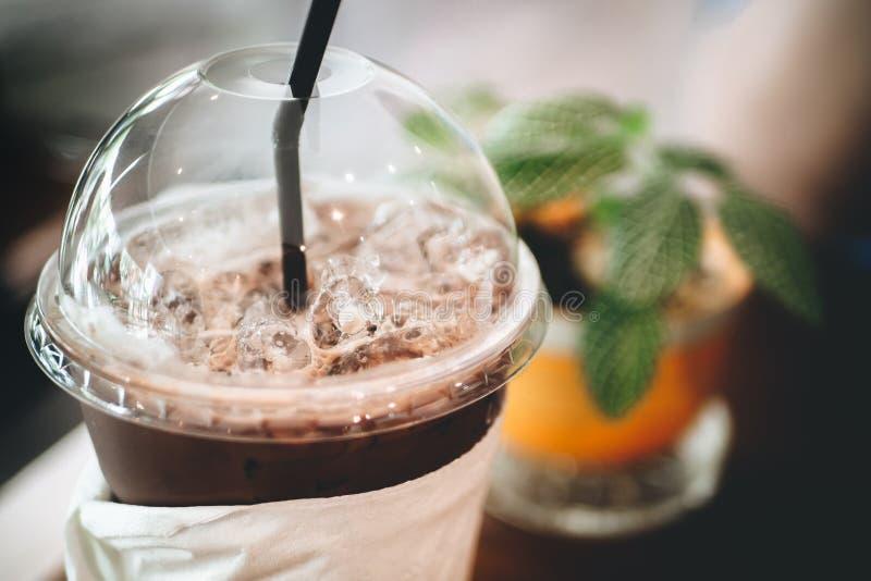 仙人掌叶子和咖啡/可可粉在老木书桌上 简单的工作区或咖啡休息在早晨选择聚焦 免版税图库摄影