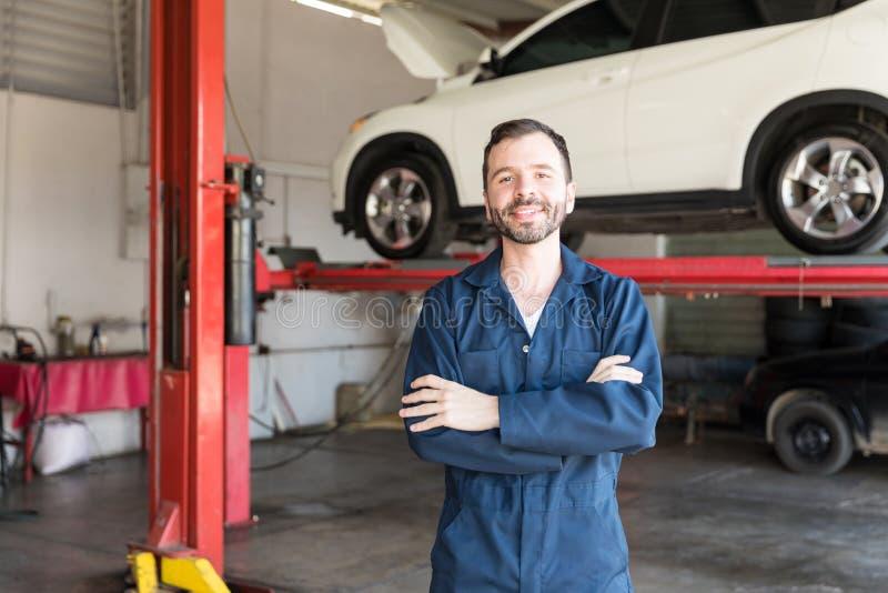 代表工作满意程度对车库的微笑的安装工 免版税库存照片