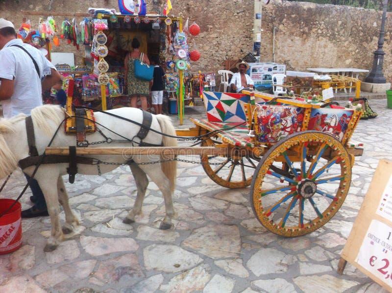 代表海岛的民间传说的典型的西西里人的推车 免版税图库摄影