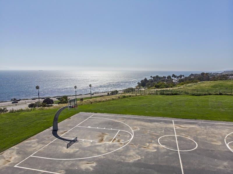 令人惊叹的海景篮球场 库存图片