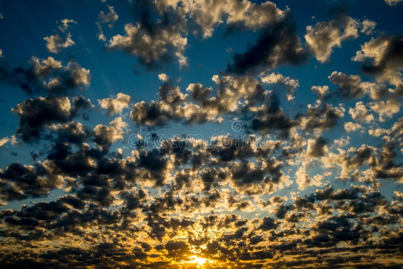 令人惊讶的剧烈的多云日落天空 库存图片