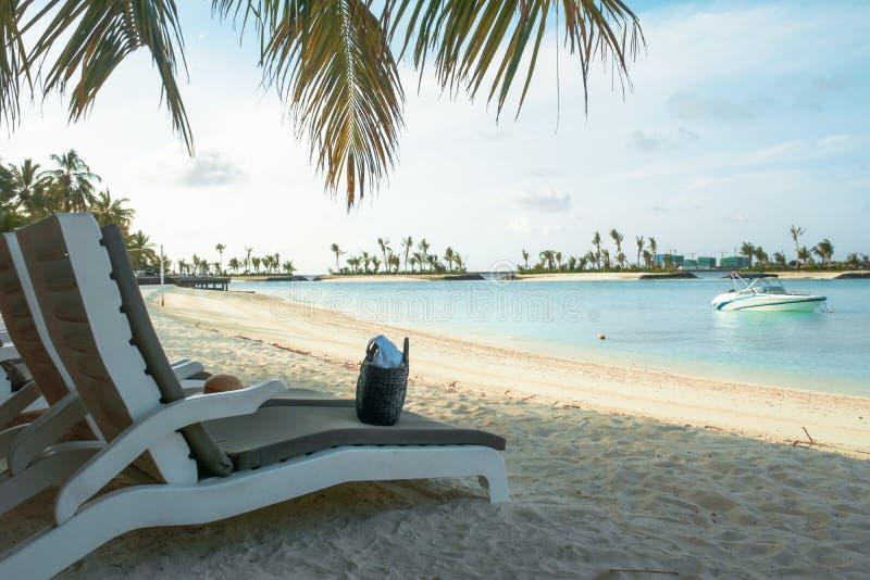 令人惊讶的海岛在马尔代夫、白色沙滩和美丽的绿松石水域中与天空蔚蓝 图库摄影