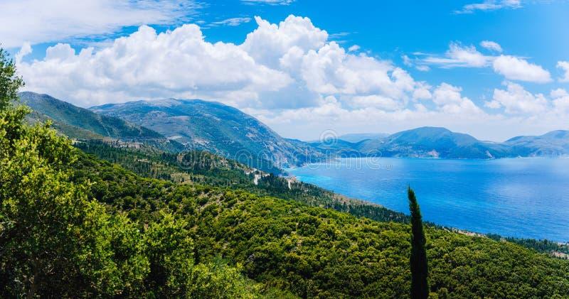 令人惊讶的海岸线全景在Kefalonia海岛上的 美丽如画的风景,五颜六色的爱奥尼亚海,白色云彩 免版税库存照片