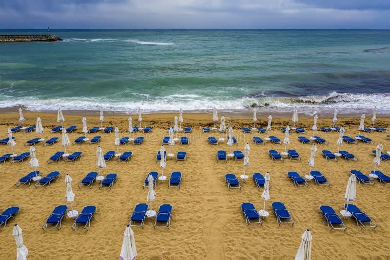 令人惊讶的海滩与,蓝色躺椅,与伞 库存照片