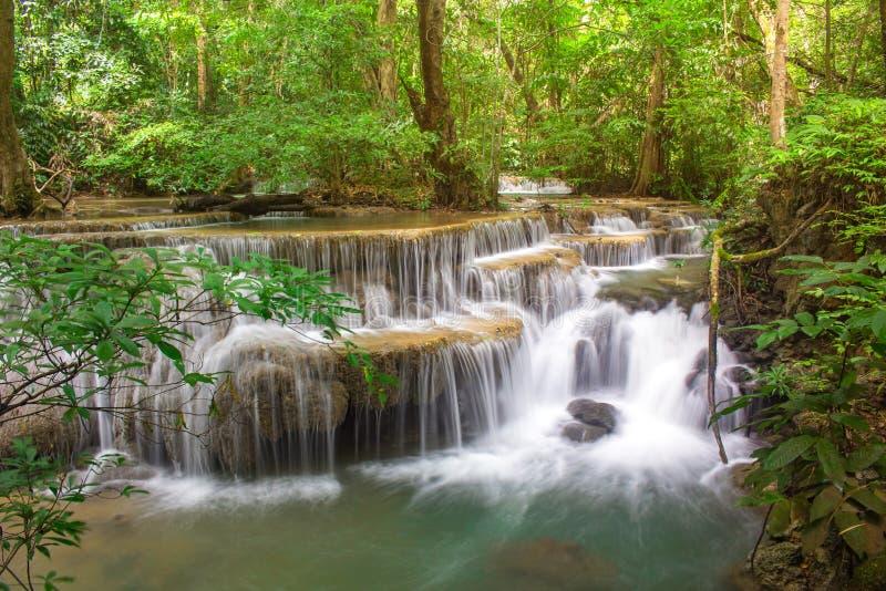 令人惊讶的瀑布在国立公园热带森林里,Huay Mae Khamin瀑布,北碧府,泰国 图库摄影