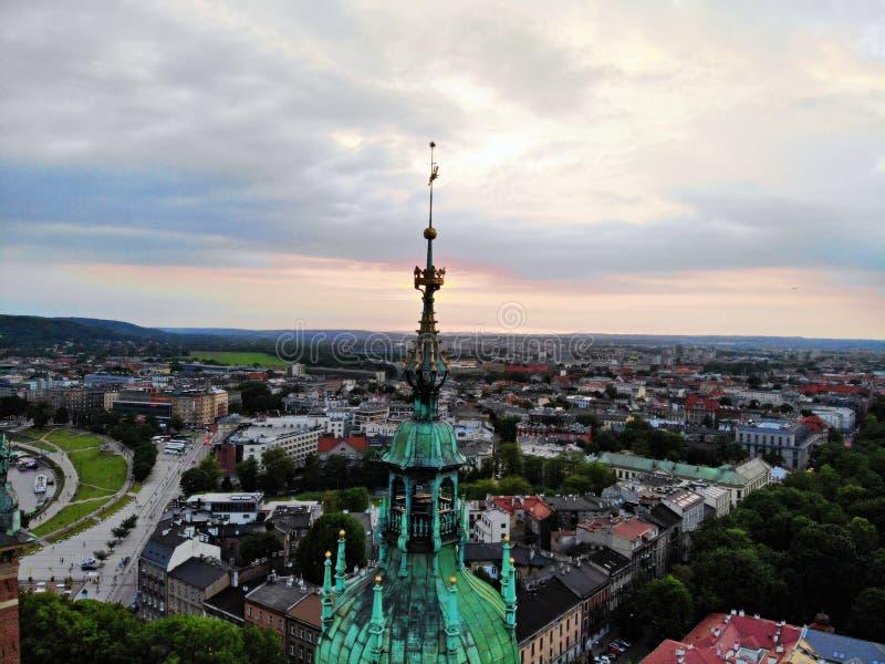 令人惊讶的瓦维尔山城堡,在克拉科夫的老部分安置 波兰的文化首都 寄生虫创造的照片,从令人惊讶的角度 免版税图库摄影