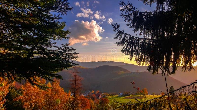 令人惊讶的看法 美好的秋天风景 树的秋天颜色秀丽  五颜六色的风景在秋天 免版税库存图片