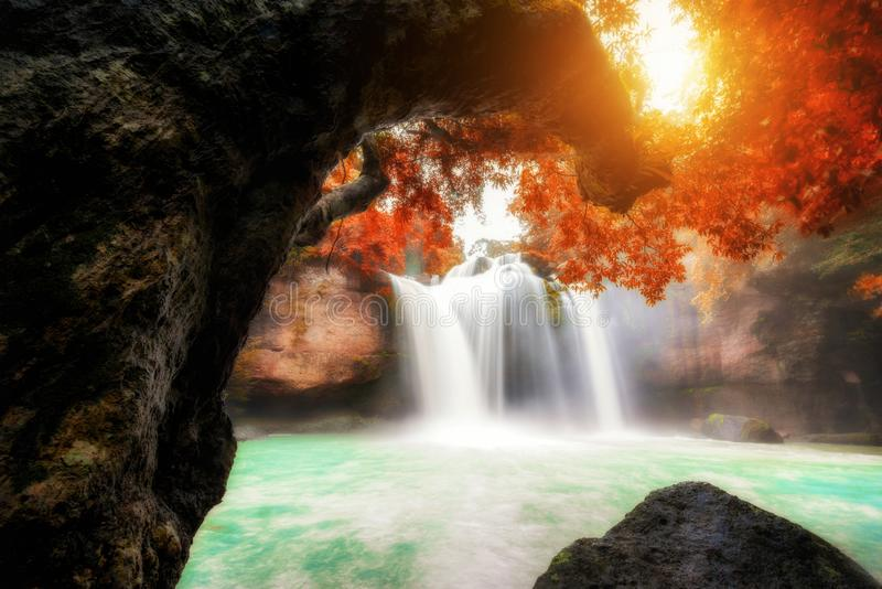 令人惊讶的美丽的瀑布在Haew素瓦瀑布的热带森林里在Khao亚伊国立公园,Nakhonratchasima,泰国 库存图片