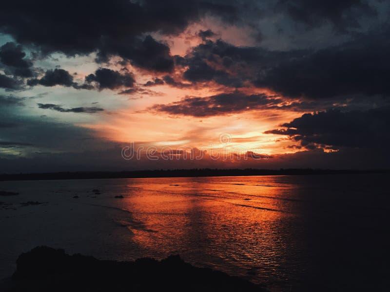 令人惊讶的美好的明亮的五颜六色的红色日落视图 免版税图库摄影