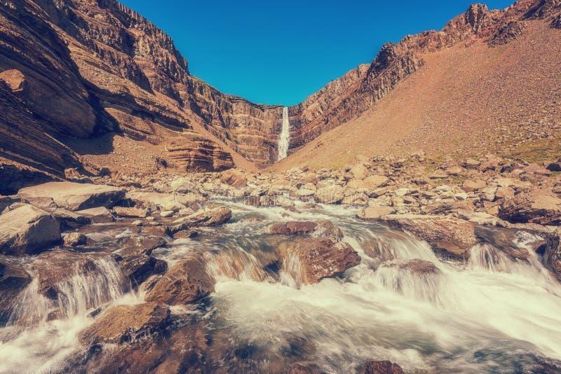 令人惊讶的自然,Hengifoss瀑布在冰岛,室外旅行背景风景看法  免版税库存照片
