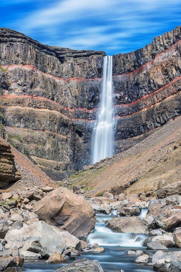 令人惊讶的自然,Hengifoss瀑布在冰岛,室外旅行背景风景看法  图库摄影