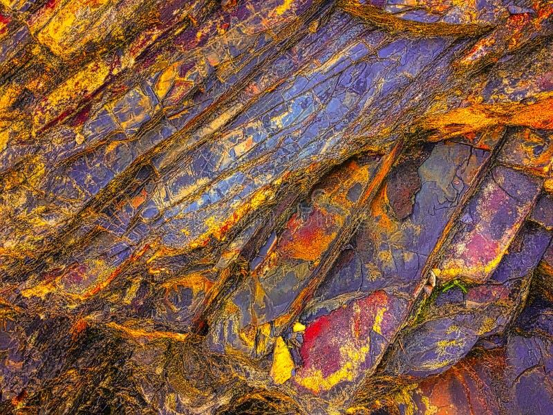 令人惊讶的颜色,岩石层数石纹理  免版税图库摄影
