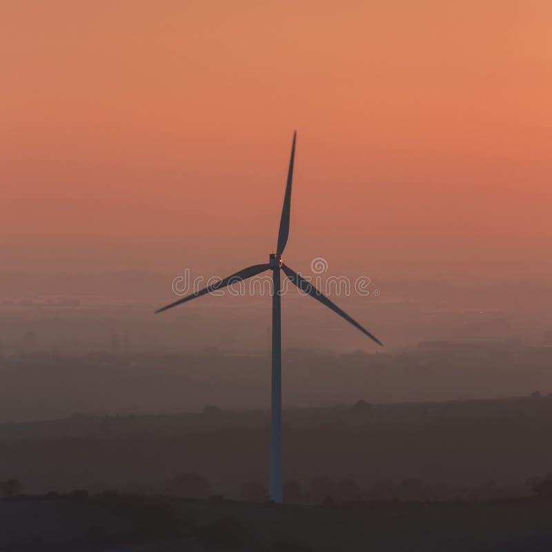 令人惊讶的风轮机的图象有美丽的天空的 图库摄影
