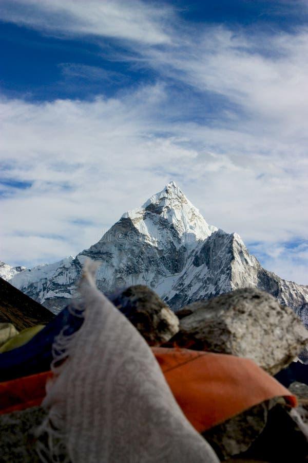 令人惊讶的Mt Thamserku喜马拉雅山,有五颜六色的prayerflags的尼泊尔在foregroundin 库存图片
