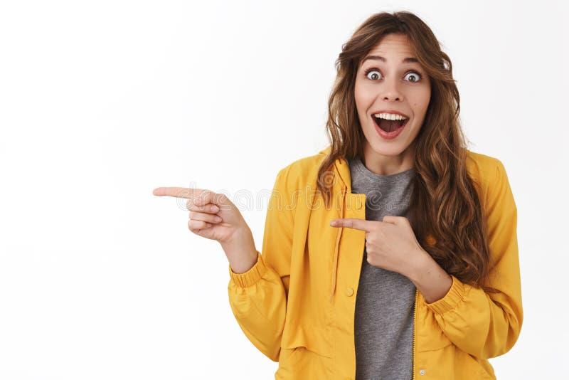 令人敬畏没有的方式 Impressed使激动的有吸引力的傻的兴奋的女孩下落下颌微笑的惊奇暴牙的流行的眼睛惊奇 免版税库存照片