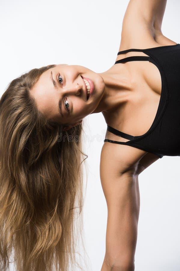令人敬畏的白种人有吸引力的快乐的愉快的性感的女性模型摇有金发的头,佩带米黄体育上面 免版税库存照片