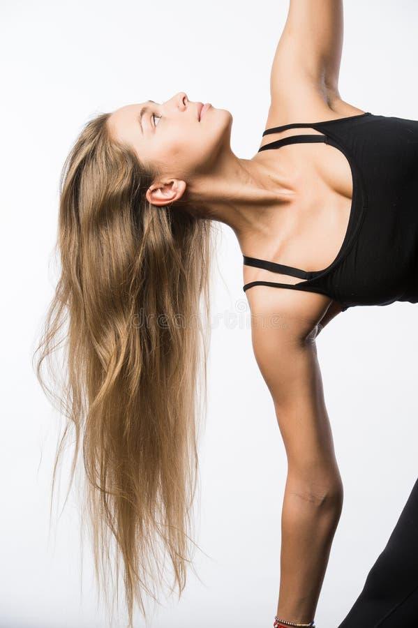 令人敬畏的白种人有吸引力的快乐的愉快的性感的女性模型摇有金发的头,佩带米黄体育上面 库存图片