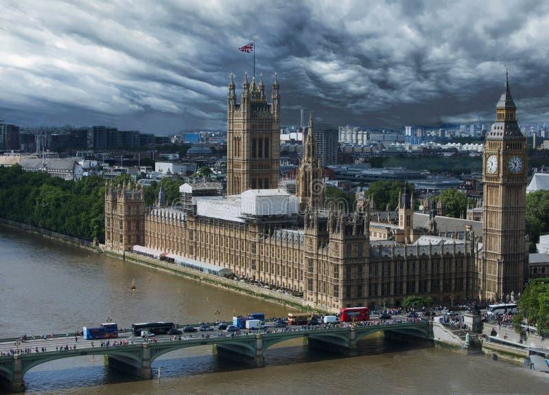 令人毛骨悚然的天空隐约地出现在威斯敏斯特宫殿和大本钟在伦敦 免版税库存图片