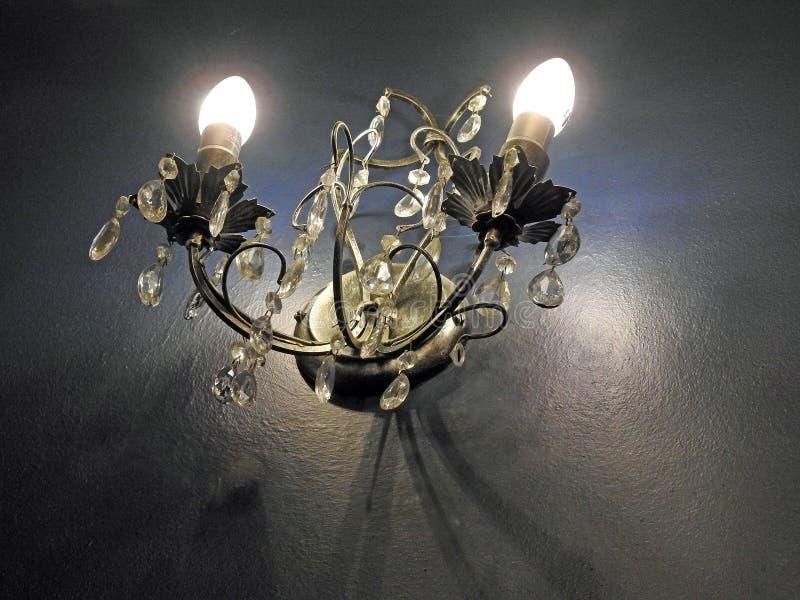 令人毛骨悚然的蜡烛墙壁点燃哥特式城堡阴影 免版税库存照片