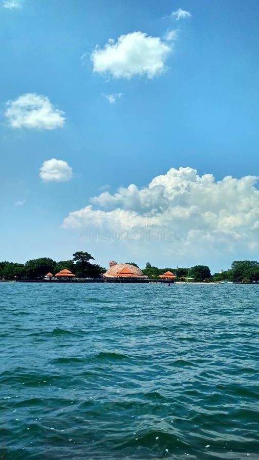 以一个乌龟型大厦为目的海 免版税图库摄影