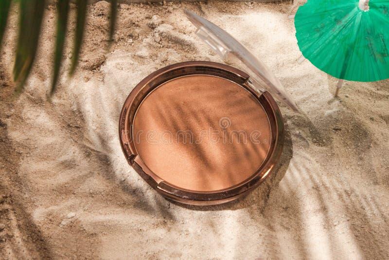 以一个坐垫的形式Bronzer在沙子 库存照片