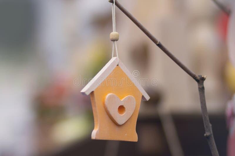 以一个房子的形式木减速火箭的装饰有心脏的 免版税库存照片