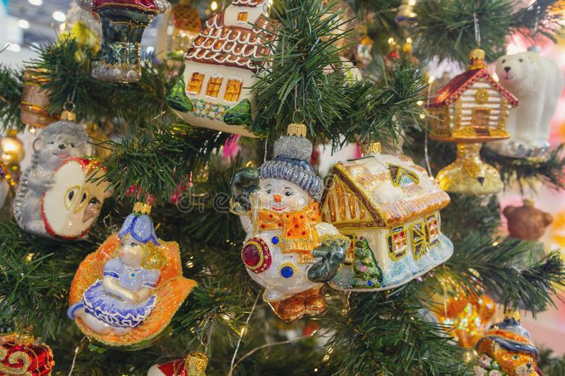 以一个房子的形式装饰圣诞树的 免版税库存照片