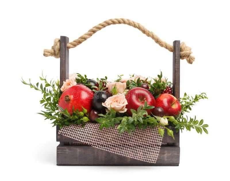 以一个木箱的形式独特的礼物充满玫瑰和各种各样的果子在白色背景 回到视图 库存照片
